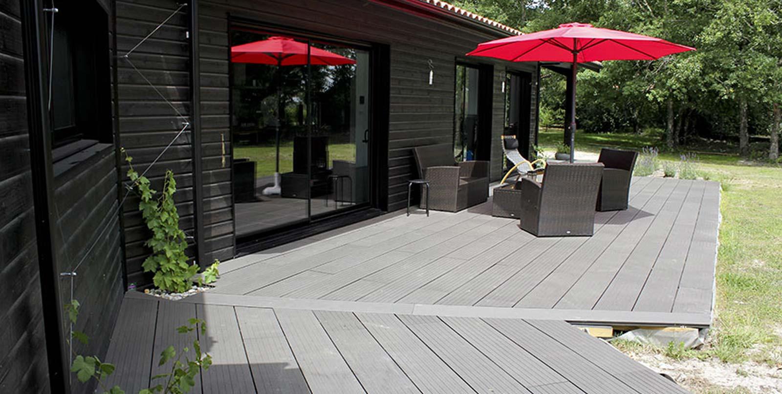 maison igc en bois foncé, détail extieur terrasse