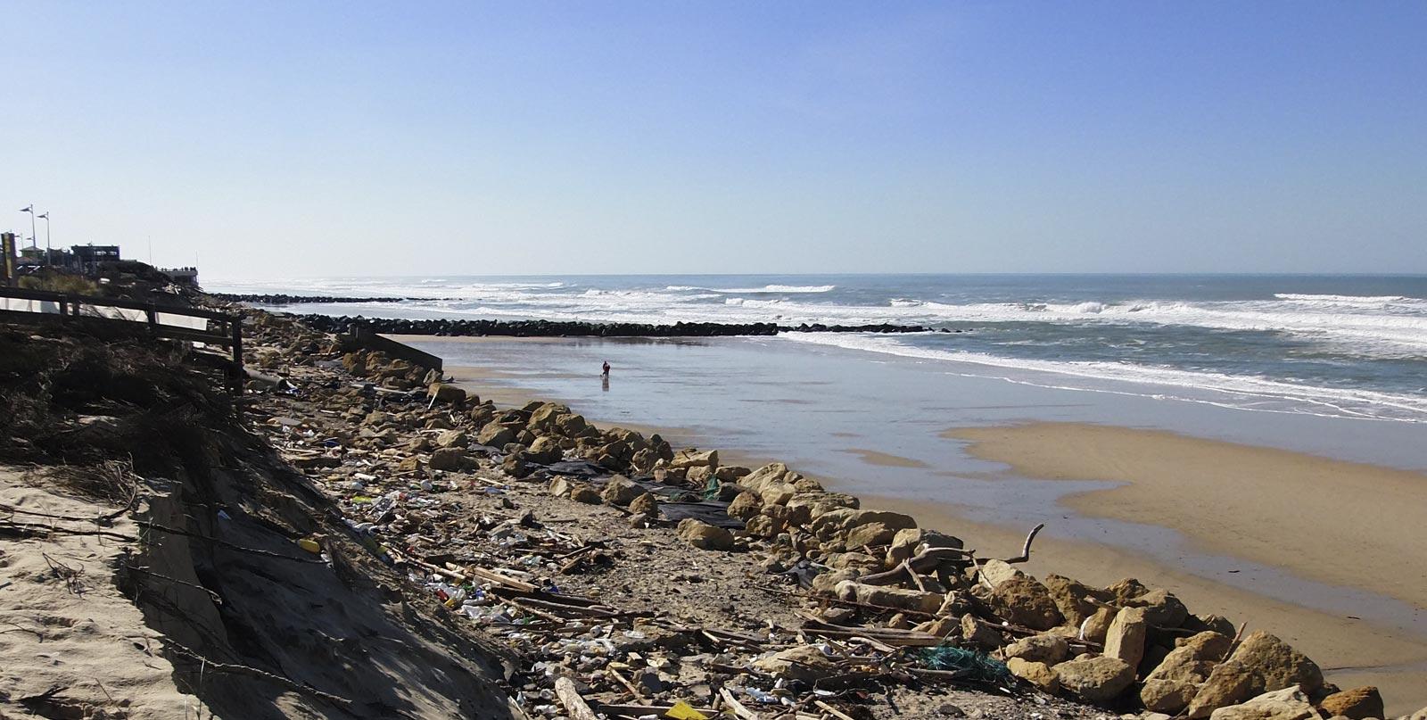 Pollution des plages à Lacanau et montée de l'océan avec habitation en bord de mer - ancorim